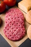 汉堡包的未加工的牛肉小馅饼 免版税库存图片