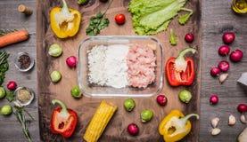 汉堡包的,菜,玉米,莴苣,胡椒,未加工的绞细牛肉,面粉,葱木土气背景上面成份竞争 免版税库存图片