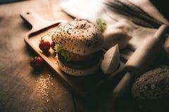 汉堡包自创在木桌上 库存照片