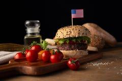汉堡包自创在木桌上 免版税库存图片