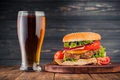 汉堡和啤酒 库存图片