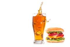 汉堡和杯啤酒 免版税图库摄影