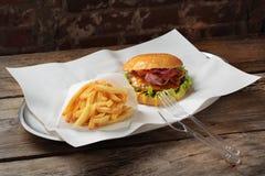 汉堡和油炸物在盛肉盘 图库摄影