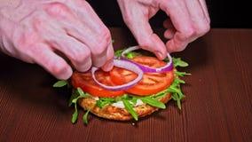 汉堡在黑背景烹调 非常色情空气小圆面包和使有大理石花纹的牛肉 每汉堡被烹调的餐馆 股票录像