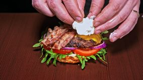 汉堡在黑背景烹调 非常色情空气小圆面包和使有大理石花纹的牛肉 每汉堡被烹调的餐馆 股票视频