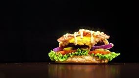 汉堡在黑食物手套的黑背景烹调 非常色情空气小圆面包和使有大理石花纹的牛肉 的餐馆 股票视频