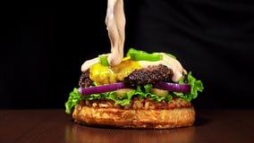 汉堡在黑食物手套的黑背景烹调 非常色情空气小圆面包和使有大理石花纹的牛肉 的餐馆 影视素材