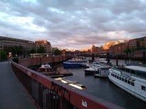 汉堡堤防在港区 免版税库存图片