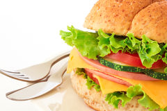 汉堡将面包夹在中间用烟肉、火腿和乳酪与vegetab 图库摄影