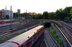 汉堡总台在与铁轨的晚上训练,并且塔时钟图片需要了2017年7月10日 免版税库存照片