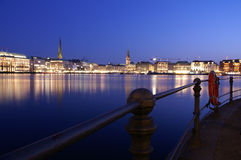 汉堡江边在晚上 免版税库存照片