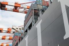 汉堡港口集装箱船 库存照片