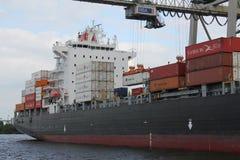 汉堡港口集装箱船 免版税库存图片