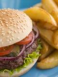 汉堡牛排小圆面包腌制沙拉 免版税库存照片
