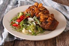 汉堡牛排用蘑菇酱油和菜沙拉特写镜头 库存图片