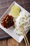 汉堡牛排orï ¿ ½ Hambagu与装饰米细面条关闭 库存照片