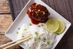 汉堡牛排orï ¿ ½ Hambagu与装饰米细面条关闭 免版税库存图片