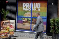 汉堡王把变成彩虹颜色 库存图片