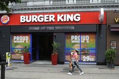 汉堡王把变成彩虹颜色 库存照片