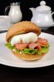 汉堡用三文鱼和荷包蛋 库存照片