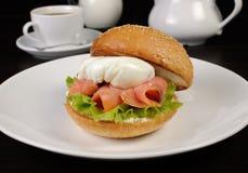 汉堡用三文鱼和荷包蛋 免版税库存图片