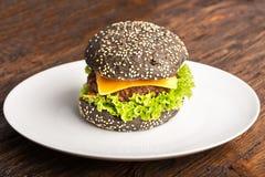 汉堡用与菜,芝麻籽的牛肉炸肉排, 免版税库存照片