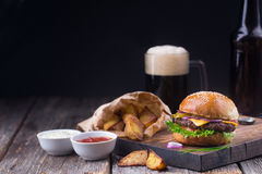 汉堡用冰镇啤酒和油炸物 图库摄影