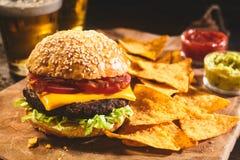 汉堡用啤酒和烤干酪辣味玉米片开胃菜 库存图片