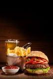 汉堡用油炸物和品脱贮藏啤酒 免版税库存图片
