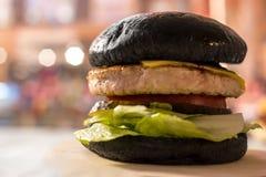 汉堡用黑暗的小圆面包 免版税库存图片