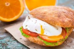 汉堡用pouched鸡蛋和蕃茄 免版税图库摄影