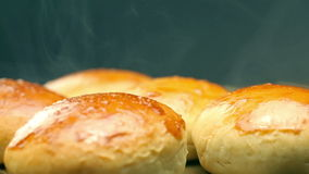 汉堡的热的小圆面包 热的面包 新鲜的酥皮点心 股票视频
