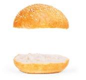 汉堡被隔绝的小圆面包空 美国食物经典汉堡圆的Bu 免版税库存图片
