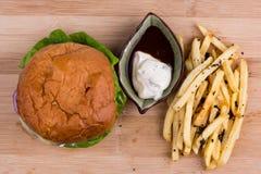 汉堡顶上的照片用炸薯条和蛋黄酱,在wo 免版税库存图片