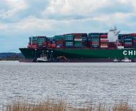 """汉堡,德国†""""2月06日:集装箱船中国运输跑agroundon 2016年2月06日在汉堡附近的易北河 免版税图库摄影"""