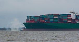"""汉堡,德国†""""2月06日:集装箱船中国运输跑agroundon 2016年2月06日在汉堡附近的易北河 免版税库存图片"""