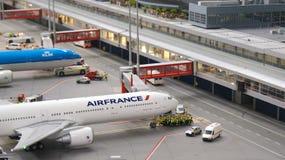 汉堡,德国- 2014年3月8日, :法航等待的飞机推迟起飞波音777模型在Flughafen Wunderland的 由决定 库存照片