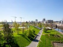 汉堡,德国- 2018年5月04日:从小山的上面的看法在新的Baakenpark的在Hafencity,汉堡 库存图片