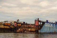 汉堡,德国- 2014年7月07日:从轮渡的看法在Norderwerft有限公司修理的干船坞 库存图片