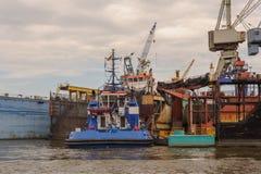 汉堡,德国- 2014年7月07日:从轮渡的看法在Norderwerft有限公司修理的干船坞 免版税库存图片