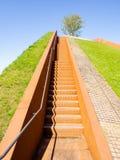 汉堡,德国- 2018年5月04日:在小山顶部的看法在新的Baakenpark在Hafencity,汉堡 免版税库存照片