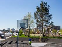 汉堡,德国- 2018年5月04日:在篮球领域的看法在新的Baakenpark在Hafencity,汉堡 免版税库存图片