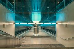 汉堡,德国- 2014年3月09日:地铁车站Hafencity大学被阐明的火车平台  免版税图库摄影