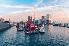 汉堡,德国- 2015年11月01日:未认出的个体参观小游艇船坞和著名红色Firepatrol小船 免版税库存照片