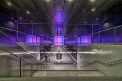 汉堡,德国- 2014年3月09日:紫色在汉堡,德国阐明了地铁车站Hafencity大学火车平台  免版税图库摄影