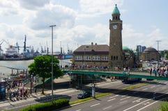 汉堡,德国- 2016年7月18日:著名Landungsbruecken美丽的景色和商业港口和易北河,蓝天,云彩 库存照片