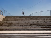汉堡,德国- 2018年5月04日:观看在楼上在用Baakenallee连接新的Baakenpark在Hafencity,汉堡的楼梯 库存图片