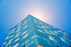 汉堡,德国- 2018年5月17日:Elbphilharmonie,射击的关闭-明亮的蓝天和明亮的太阳点燃和火光从 免版税库存图片