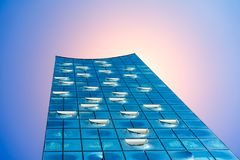 汉堡,德国- 2018年5月17日:Elbphilharmonie,射击的关闭-明亮的蓝天和明亮的太阳点燃和火光从 免版税库存照片