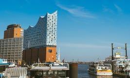 汉堡,德国- 2018年5月17日:hafencity -蓝天明亮的天空,企业商业大厦全景  某些游人 库存图片